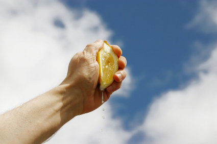 squeezing-lemon 15 Advantages To Being Broke
